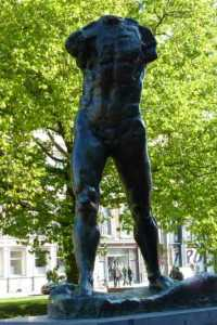 Standbeel L'hommes Rodin